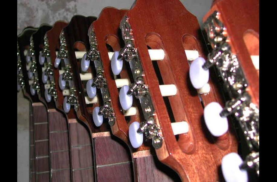 http://guitarrasquiles.com/images/Produccion/7.jpg
